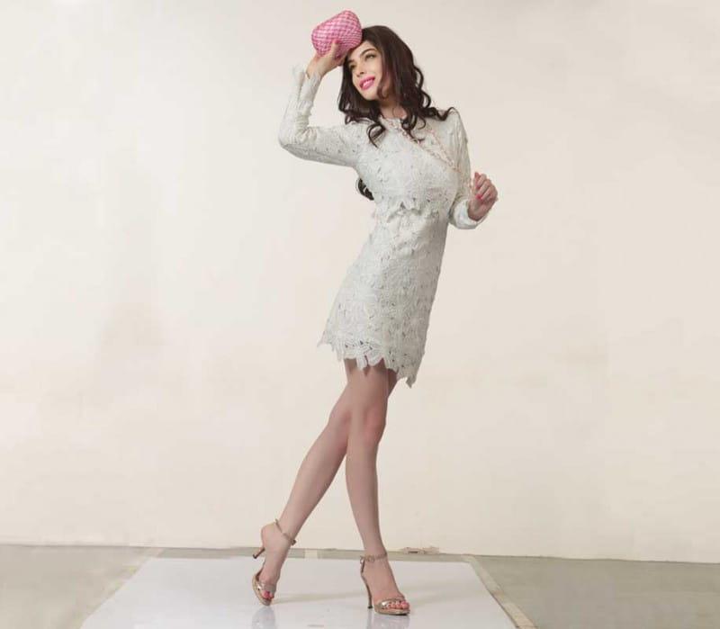 व्हाइट कलर को ग्रेसफुल बनाने के लिए डेलिकेट एम्ब्रॉयडरी, रोमांटिक कट्स, लेसवर्क वाले आउटफिट पहनें.