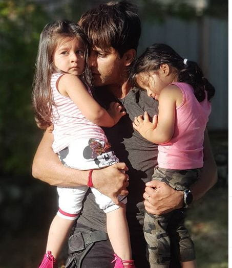 Karanvir Bohra With His Daughters