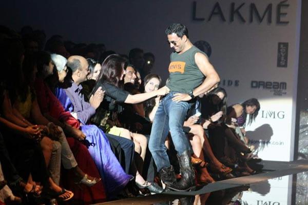 twinkle khanna  opening akshay Kumars jeans button